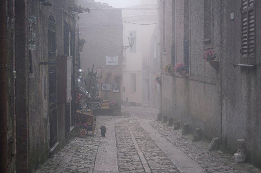 Rue d'Erice dans la brume, Sicile