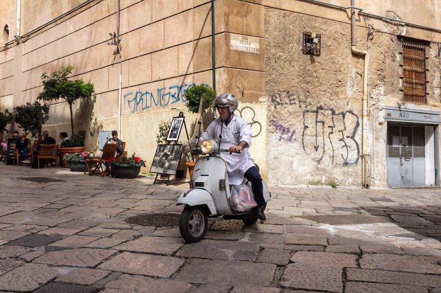 Scooter dans une rue de Palerme