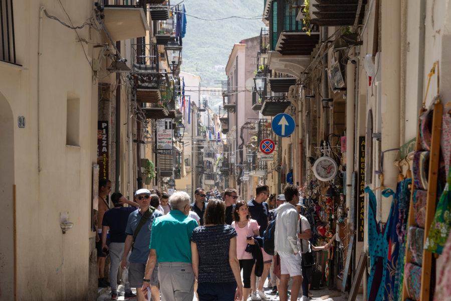 Touristes dans les rues de Cefalù, Italie