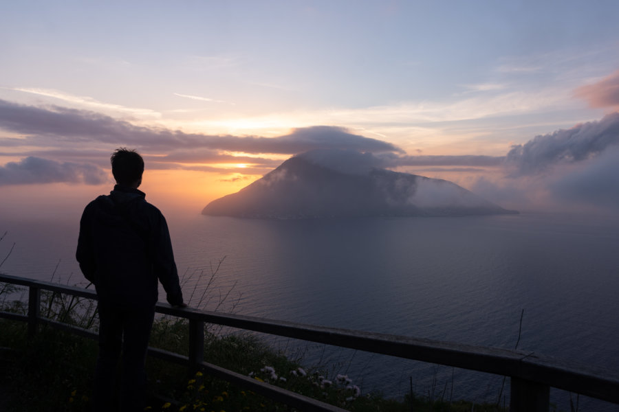 Coucher de soleil sur Salina depuis Lipari, îles éoliennes