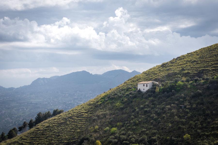 Montagne et maisonnette en Sicile, Italie