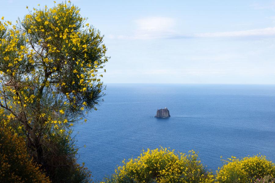 Strombolicchio, rocher à Stromboli, Italie