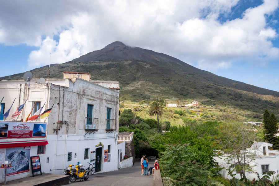 Village de Stromboli au pied du Volcan, îles éoliennes