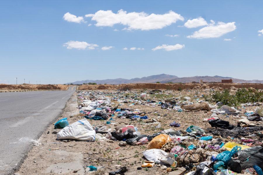 Déchets sur la route en Tunisie