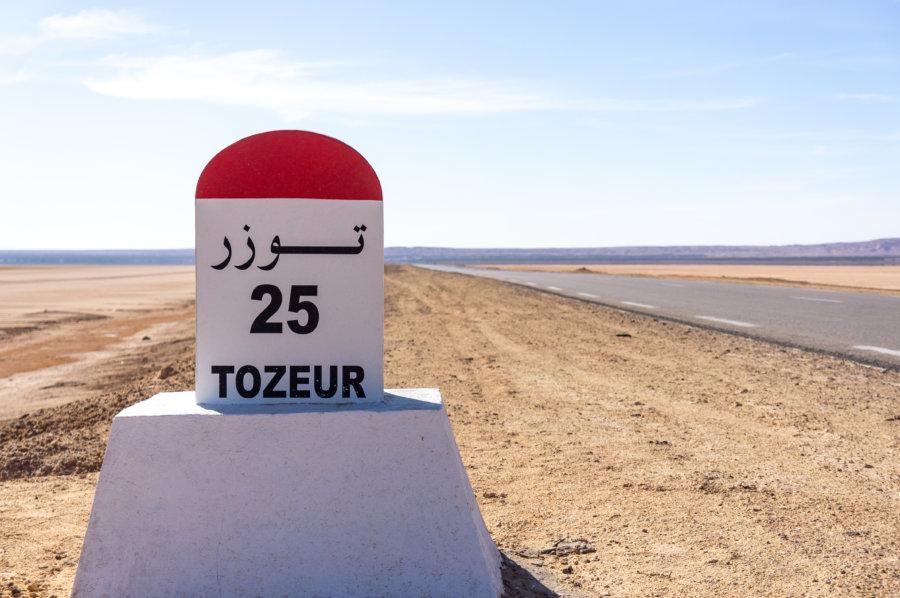 Panneau Tozeur sur la route en Tunisie