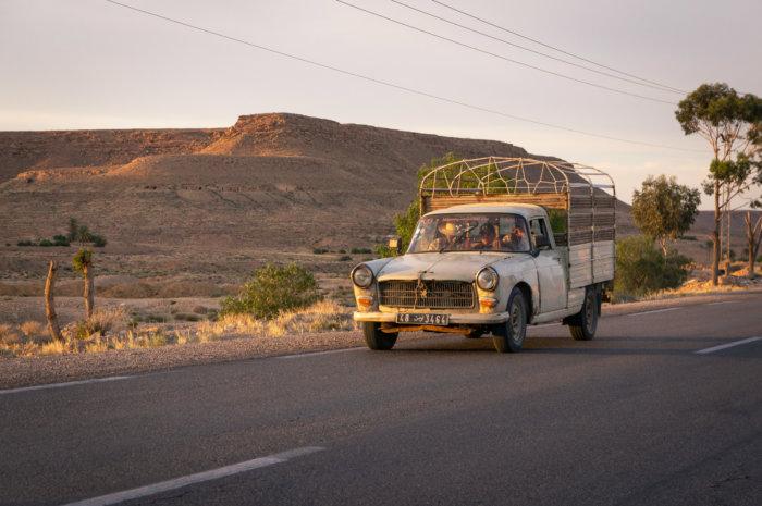 Peugeot sur la route en Tunisie