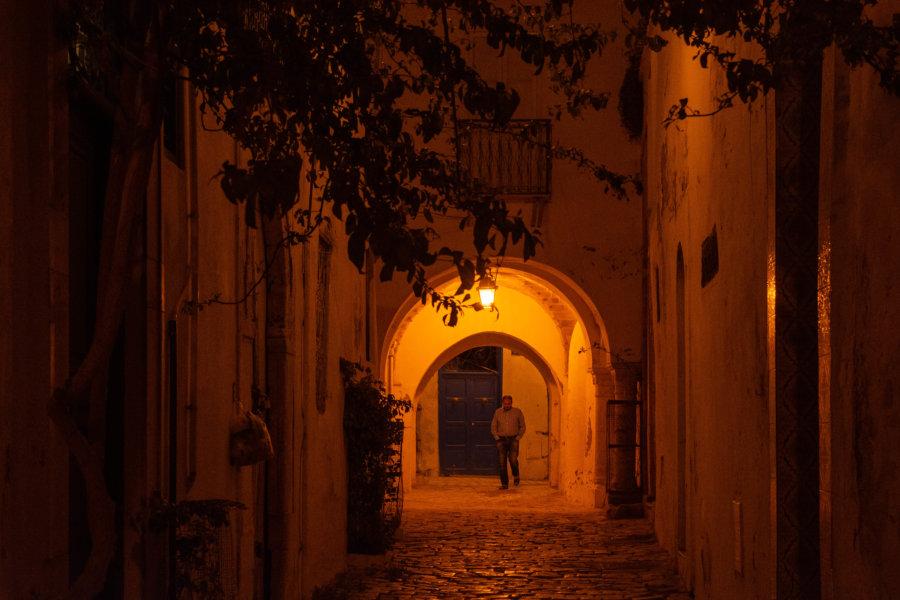 Ruelle de la médina de Tunis la nuit