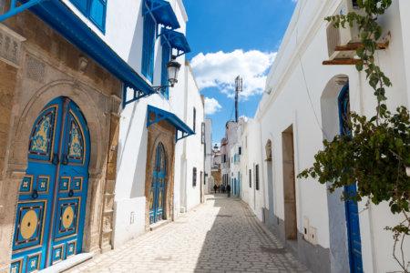 Ruelles bleues et blanches dans la médina de Tunis