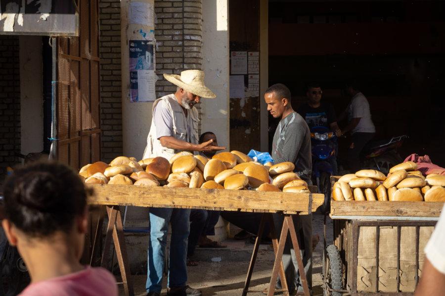Vendeur de pain à Tozeur, Tunisie