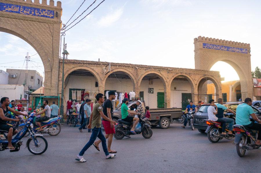 Scooters dans la ville de Tozeur, Tunisie