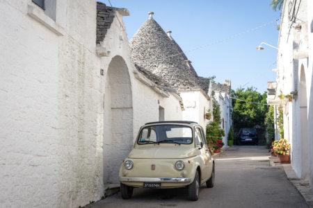 Fiat dans les rues d'Alberobello, Pouilles, Italie