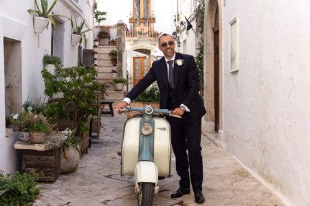 Italien élégant dans les rues de Locorotondo, Pouilles