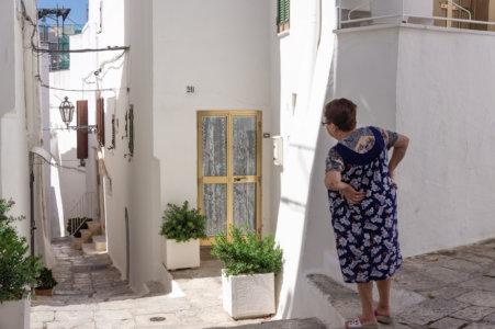 Mamie dans une rue d'Ostuni, Pouilles