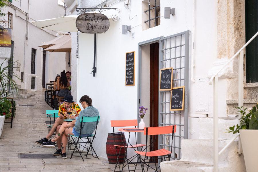 Terrasse de café dans une rue d'Ostuni en Italie