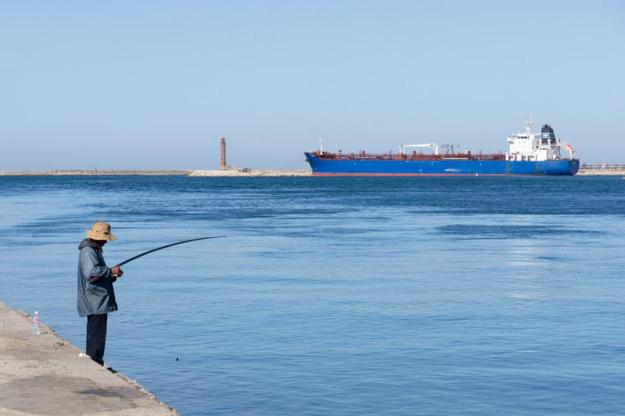 Pêcheur dans le canal de Bizerte en Tunisie