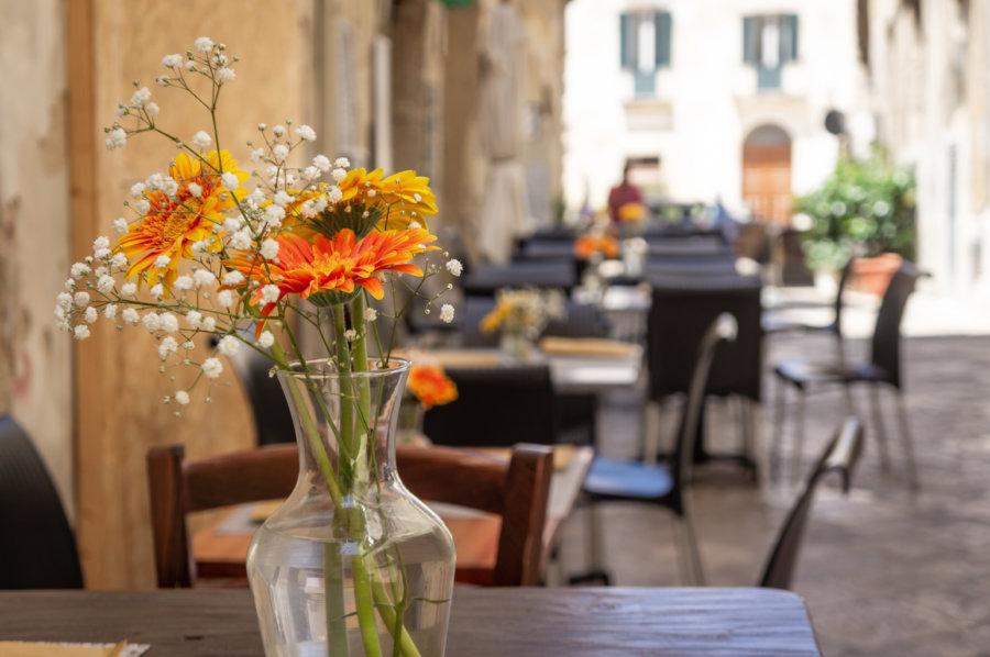 Terrasse fleurie à Lecce, Italie