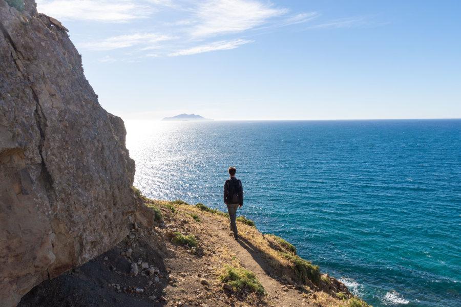 Touriste en randonnée au Cap Bon, Tunisie
