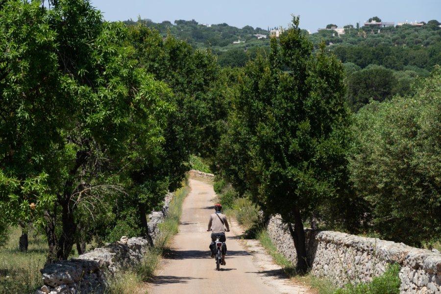 Touriste à vélo dans les Pouilles, Italie