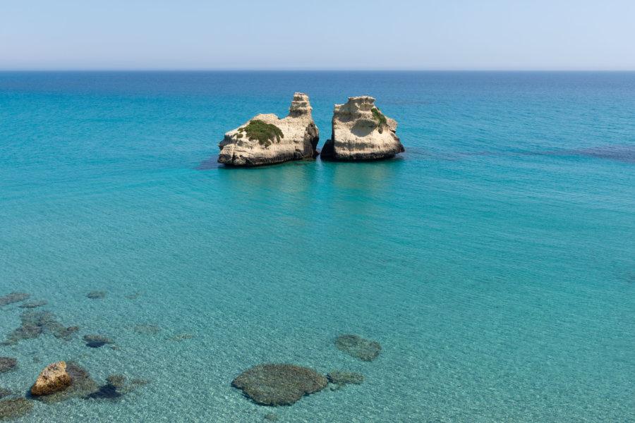 Due sorelle, rochers dans la mer, Pouilles, Italie