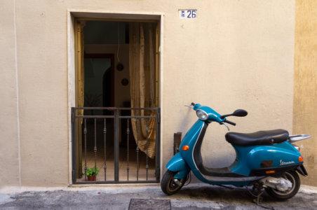 Scooter et maison en Italie du Sud