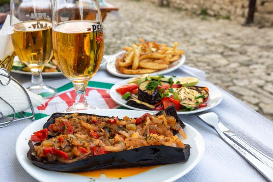 Aubergines farcies et bière : repas albanais