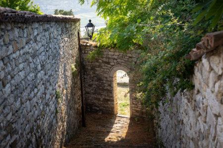 Passage dans le château à Berat, Albanie