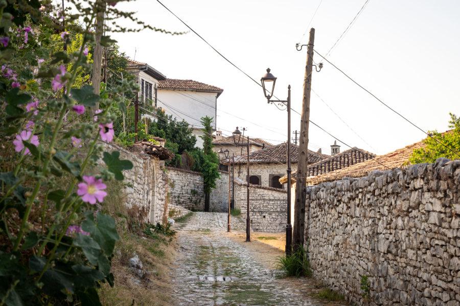 Ruelle du château à Berat, Albanie