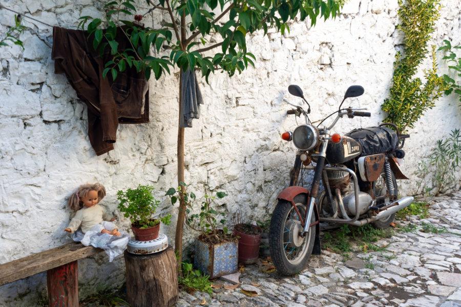 Ruelle de la ville de Berat en Albanie