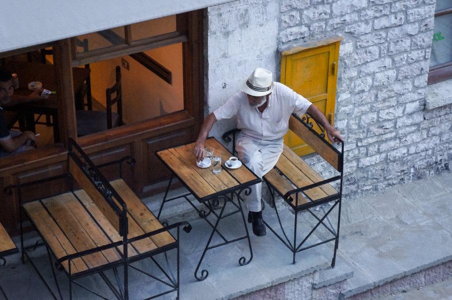 Café dans la rue de Gjirokastër en Albanie