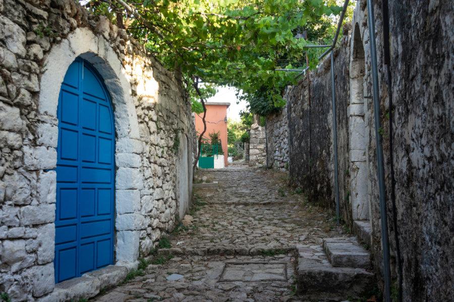Ruelle du château d'Himara en Albanie