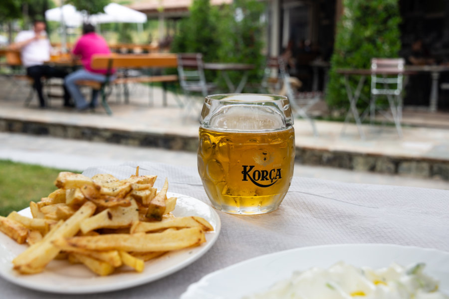 Frites et bière Korça en Albanie