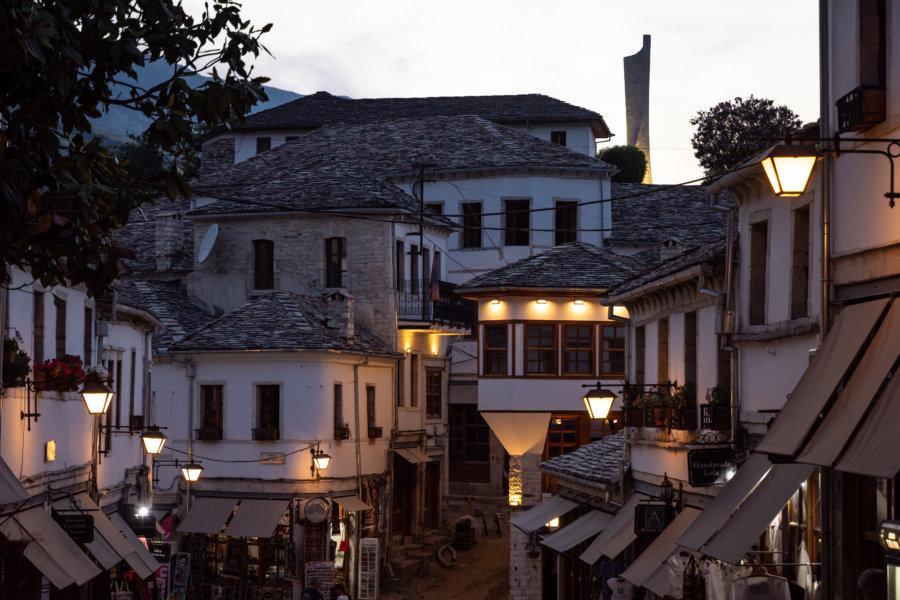 Ville de Gjirokaster la nuit