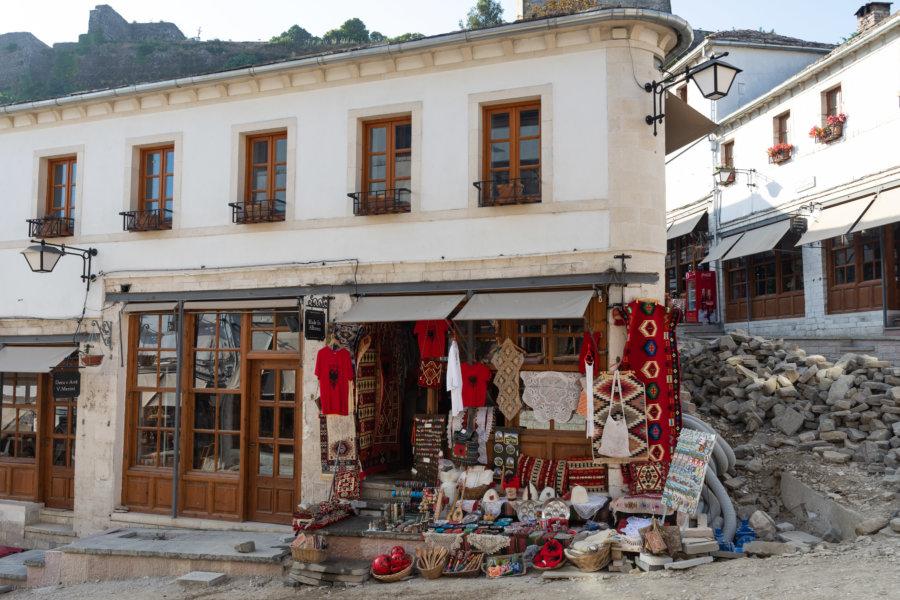 Boutique et travaux dans le centre de Gjirokastra