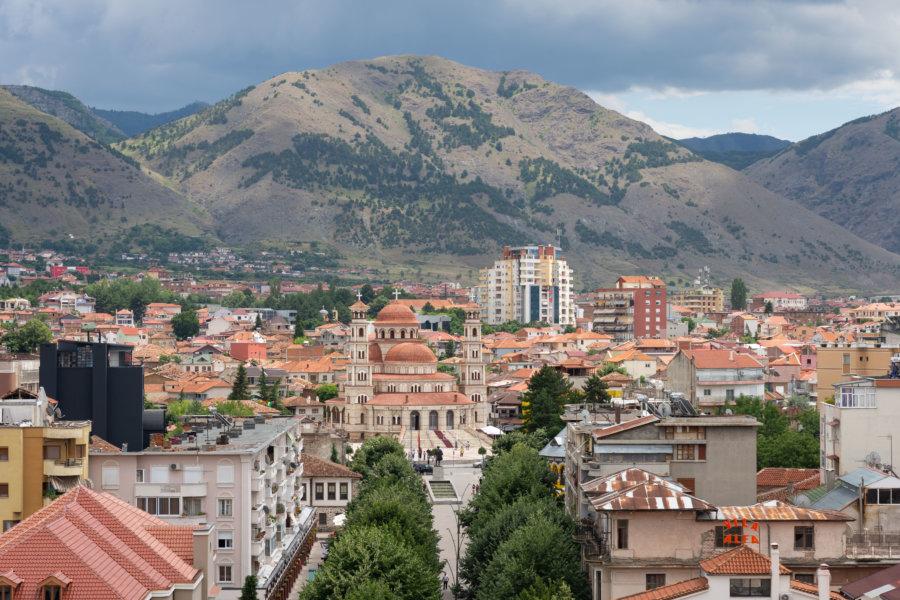Vue aérienne sur la ville de Korçë en Albanie