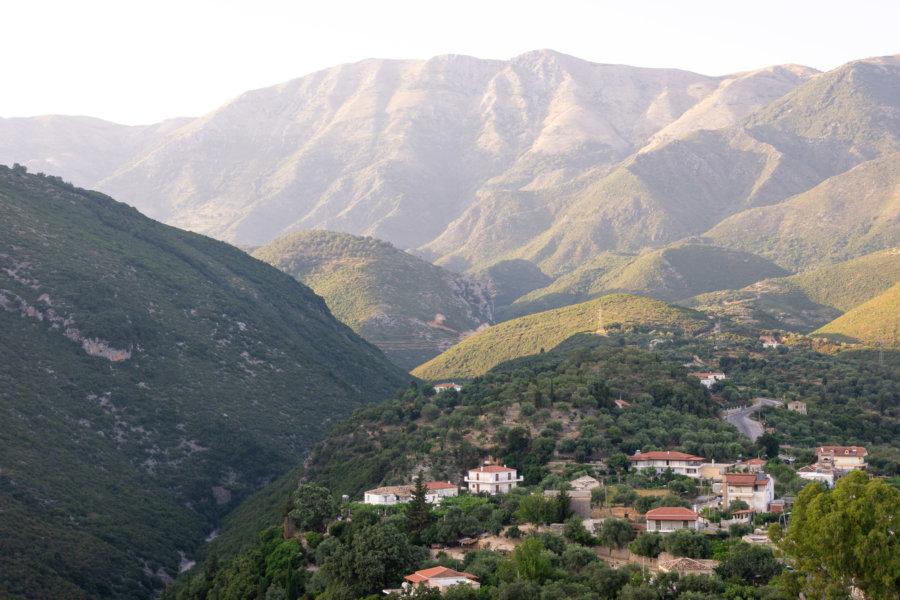 Montagnes près d'Himarë en Albanie