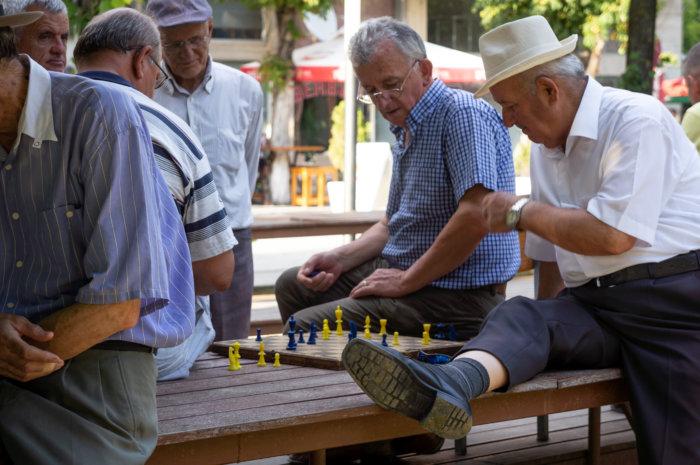 Papis jouant aux échecs à Berat, Albanie