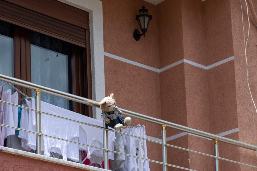 Peluche nounours au balcon en Albanie