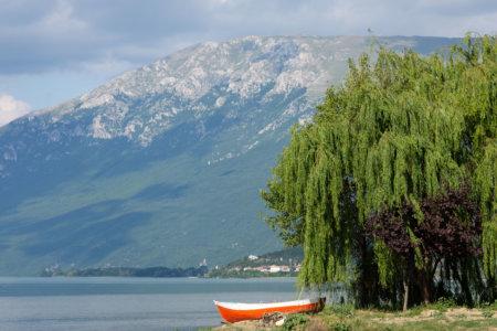 Lac et montagne à Pogradec en Albanie