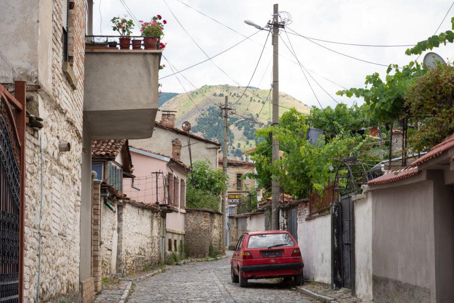 Rue dans la ville de Korçë en Albanie