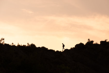 Silhouette sur la colline à Permet en Albanie