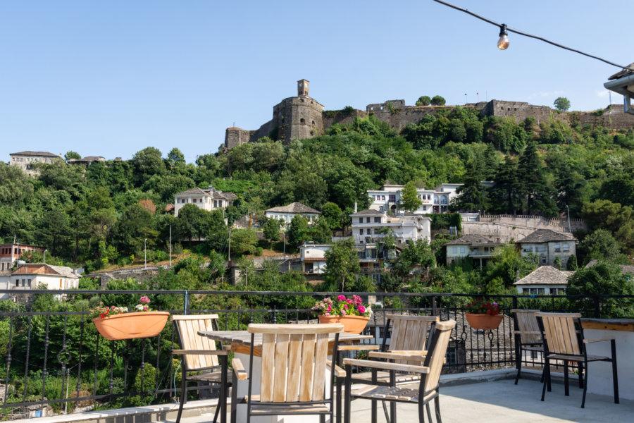 Terrasse avec vue sur le château de Gjirokastër