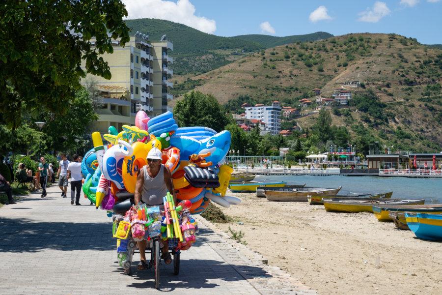 Vendeur de ballons à Pogradec en Albanie