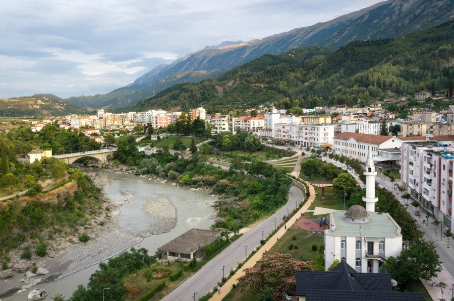 Ville de Përmet en Albanie