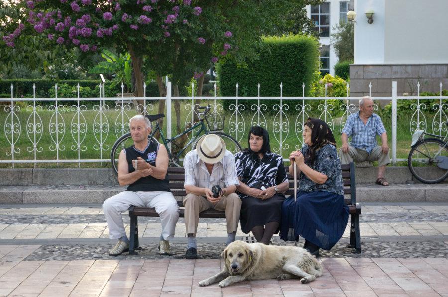 Albanais sur un banc à Shkodër en Albanie