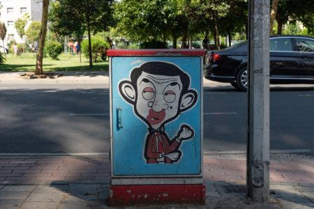 Mr Bean sur une boîte électrique à Tirana