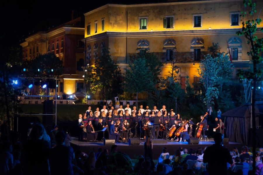 Concert sur la place Skanderbeg à Tirana