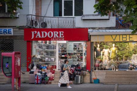 Enseigne J'adore à Tirana