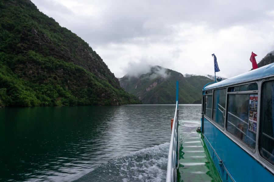 Ferry sur le lac Koman en Albanie