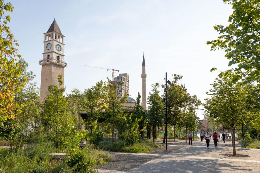 Horloge sur la place Skanderbeg à Tirana