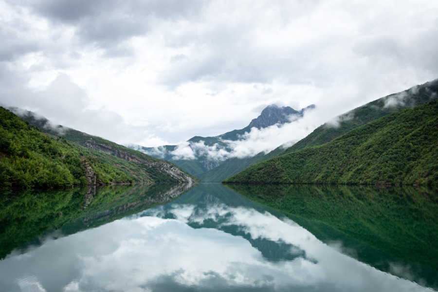 Lac de Koman en Albanie